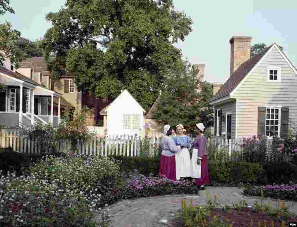 زنان با لباسهایی که نماد پوشش ساکنان ویلیامزبرگ دوران استعماری است در شهر حرکت میکنند و با بازدیدکنندگان به گفتگو میپردازند.