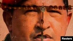 委内瑞拉首都加拉加斯一处宗教祭坛上摆放的总统查韦斯像。(2013年1月4日)