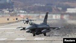 지난달 20일 한국 오산의 미 공군기지에서 미 공군 소속 F-16 전투기들이 이륙하고 있다.