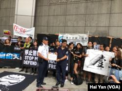 """香港新闻界人士星期天走上街头,抗议警方对采访香港""""反送中""""游行集会的记者过度使用暴力。(美国之音记者海彦拍摄)"""