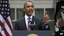 El presidente Barack Obama responde al ser interrumpido, mientras daba su discurso sobre los cambios en las políticas migratorias, en la Casa Blanca.