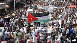 La police séparant des partisans et adversaires du gouvernement le 10 juin, à Amman