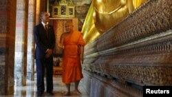 Барак Обама беседует с буддийским монахом. Королевский монастырь Ват Фо. Бангкок, Таиланд. 18 ноября 2012 года