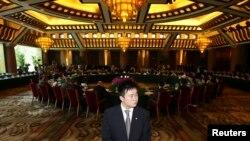 지난 2008년 12월 중국 베이징에서 열린 북 핵 6자회담에서 각 국 대표들이 비공개 대화를 갖고 있다. (자료사진)