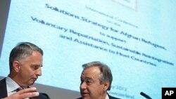 Shveysariya Tashqi ishlar vaziri Didiyer Burxalter (chapda) BMTning Qochoqlar bo'yicha komissari Antonio Guteres bilan Jenevada o'tgan ikki kunlik xalqaro konferensiyada, 2-may, 2012-yil.