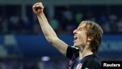 지난 7월 러시아 소치 올림픽 스타디움에서 열린 2018 월드컵 8강전에서 크로아티아가 러시아를 상대로 승리를 거둔 후 루카 모드리치 선수가 환호하고 있다.