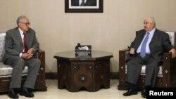 Menlu Suriah Walid al-Moalem (kanan) menemui utusan internasional Lakhdar Brahimi di Damaskus, Sabtu (20/10).