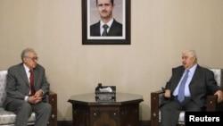 Ngoại trưởng Syria Walid al-Moualem (phải) tiếp Ðặc sứ Hòa bình Quốc tế Lakhdar Brahimi tại Damascus, ngày 20/10/2012.