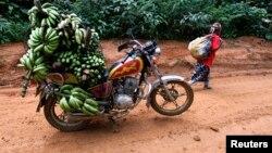 Un moto chargé de banane sur la route entre la ville de Mundemba et le village de Fabe, Cameroun, le 8 juin 2012.
