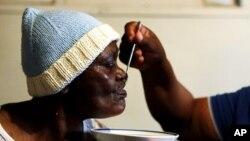 가료를 받고 있는 아프리카의 에이즈 환자 (자료사진)