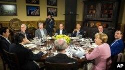 AQSh, Britaniya, Germaniya, Fransiya, Italiya, Yaponiya, Kanada va Rossiya prezidentlari va bosh vazirlari asosan iqtisod haqida gaplashdi, Kemp Deyvid, Merilend shtati, 19-may 2012