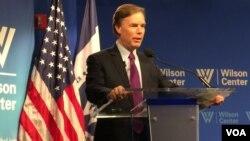 前美国务次卿伯恩斯在威尔逊国际学者中心发表演讲 (美国之音莉雅拍摄)