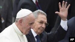 Chủ tịch Cuba Raul Castro có mặt tại phi trường chào đón Đức Giáo Hoàng Phanxicô.