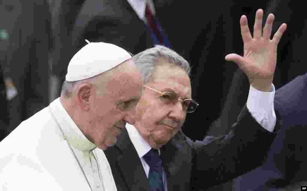Rais Raoul Castro kulia, awapungia mkono wananchi walojitokeza kumpokea Papa Francis kwenye uwanja wa ndege wa kimataifa wa Havana.
