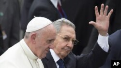 El papa Francisco es recibido por el presidente de Cuba.