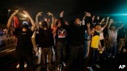 Người biểu tình thách thức lệnh giới nghiêm phản đối vụ bắn chết thiếu niên da đen 18 tuổi, Ferguson, bang Missouri, ngày 17 tháng 8, 2014.