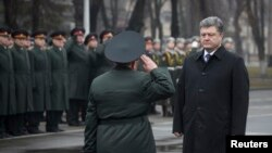 Ukraina rahbari Petro Poroshenko Kiyevda Milliy mudofaa universitetida bo'ldi. 27-fevral, 2015-yil.