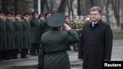 Presiden Ukraina Petro Poroshenko mengunjungi National Defence University di Kyiv (27/2). (Reuters/Mykhailo Markiv)