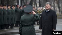 27일 페트로 포로셴코 우크라이나 대통령(오른쪽)이 국립국방대학을 방문했다.