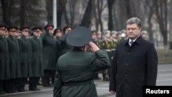 ប្រធានាធិបតីអ៊ុយក្រែនលោក Petro Poroshenko ធ្វើទស្សនកិច្ចនៅមហាវិទ្យាល័យយោធានៅក្រុង Kiev កាលពីថ្ងៃទី២៧ ខែកុម្ភៈ ឆ្នាំ២០១៥។ ទាហានរដ្ឋាភិបាលបីនាក់បានត្រូវសម្លាប់ និងប្រាំពីរនាក់ទៀតបានត្រូវរបួសនៅក្នុងការប៉ះទង្គិចគ្នាជាមួយក្រុមទាមទារបំបែករដ្ឋនៅប៉ែកខាងកើតប្រទេសអ៊ុយក្រែន។