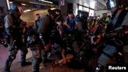 香港防暴警察2019年9月8日在铜锣湾地铁站逮捕反送中示威者。