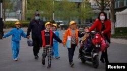 TƯ LIỆU: Trẻ em và người lớn tại một trường học ở Bắc Kinh, Trung Quốc, ngày 6 tháng 4, 2021.