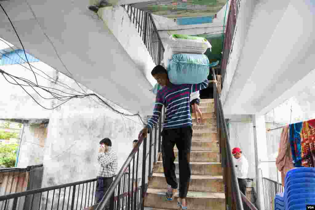 Residents of Phnom Penh's White Building move out June 6, 2017 after negotiations finished. The White Building is authorized to a Japanese development project for redevelopment. (Khan Sokummono/VOA Khmer)