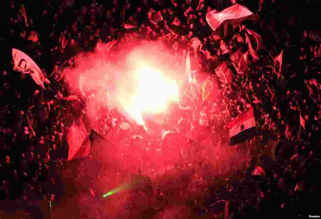 3일 이집트 카이로의 반정부 시위대가 타흐리르 광장에서 조명탄을 밝히며 시위하고 있다.