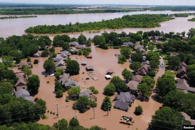 Un vecindario inundado por la crecida del río Arkansas en esta foto aérea en Forth Smith, Arkansas. Mayo 30 de 2019. REUTERS - drone