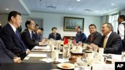 美國國防部長帕內塔(右)星期二在五角大樓和中國國家副主席習近平(左)會晤。
