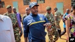 Tổng thống Burundi Pierre Nkurunziza đi đến một phòng phiếu tại quê nhà hôm 21/7/2015.