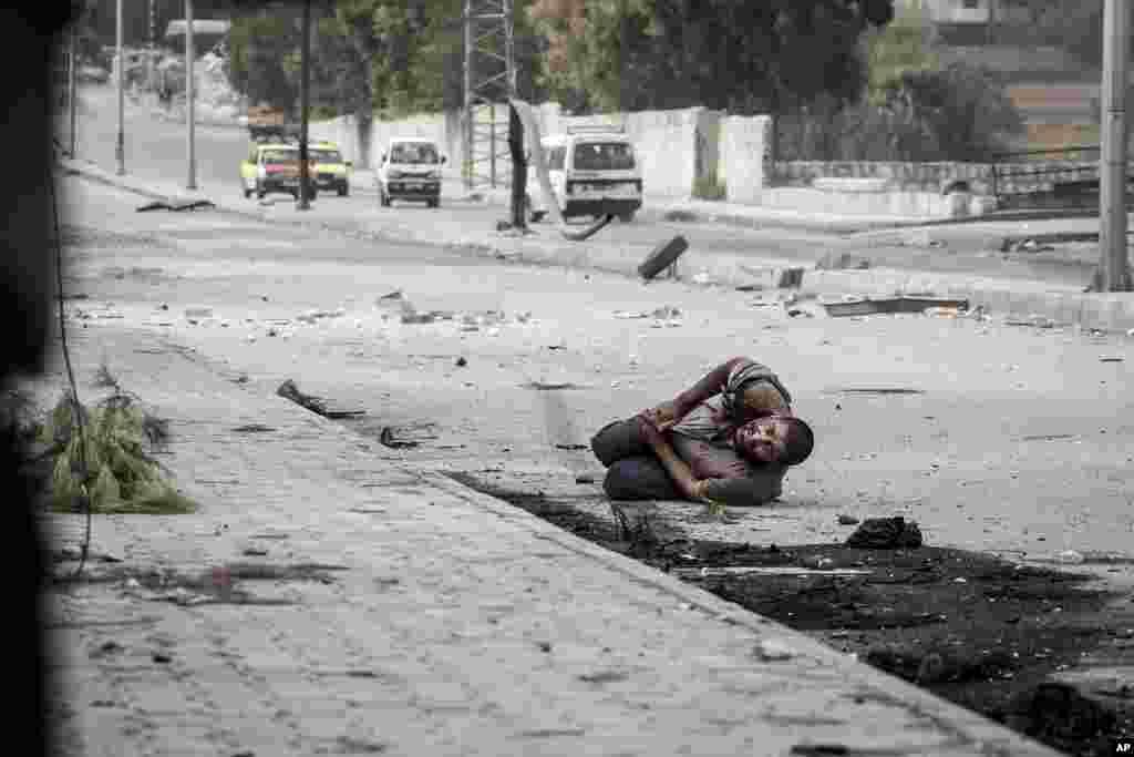 Un civil herido en el estómago por francotiradores del gobierno.