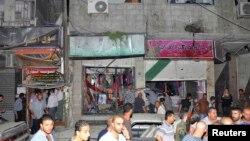 2013年8月6日,在大馬士革東南郊區的爆炸現場,人們查看破壞的情況。