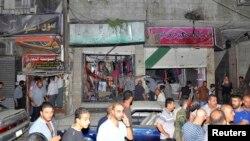 Dân chúng tụ tập quanh địa điểm vừa xảy ra vụ nổ xe cài bom trong quận Jaramana nằm về hướng đông nam thủ đô Damascus, Syria, 6/8/13