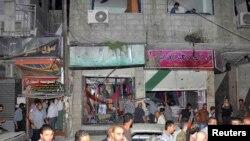 2013年8月6日,在大马士革东南郊区的爆炸现场,人们查看破坏的情况。