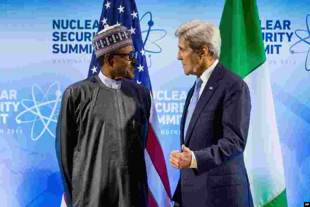 امریکہ کے وزیر خارجہ جان کیری نائیجیریا کے صدر محمدو بوہاری سے گفتگو کر رہے ہیں۔