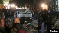 Beberapa mobil yang rusak terlihat di lokasi ledakan di Giza, pinggiran Kairo, Kamis (21/1).