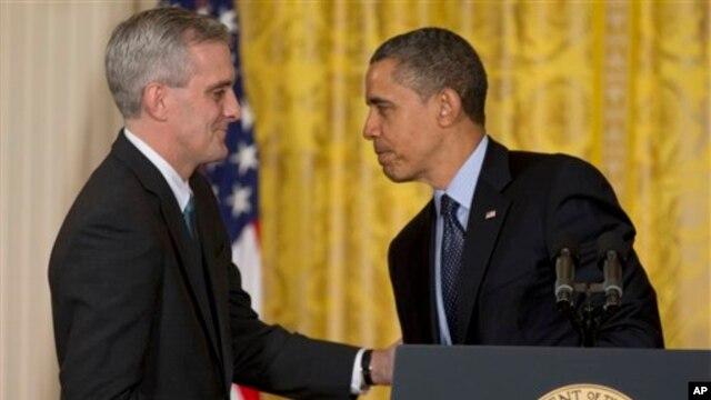 Presiden Barack Obama menyalami Denis McDonough (kiri) setelah mengumumkan pengangkatan McDonough sebagai Kepala Staf Gedung Putih yang baru, Jumat (25/1).