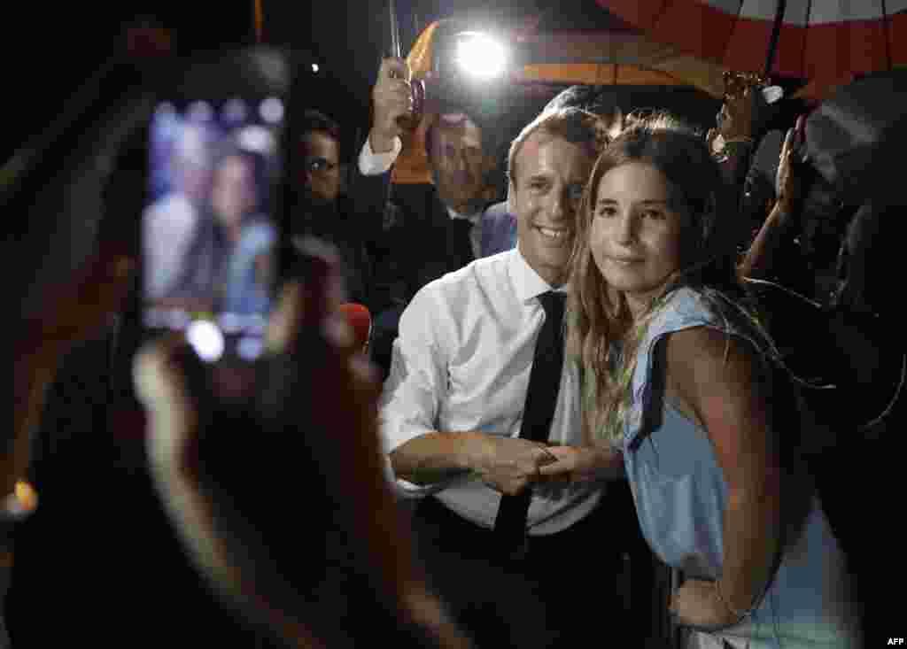 عکس یادگاری امانوئل ماکرون، رئیس جمهوری فرانسه با یکی از اهالی گوادلوپ. مجمع الجزایر گوادلوپ واقع در کارائیب یکی از شهرستانهای فرادریایی فرانسه محسوب می شود.