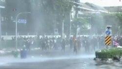 曼谷警察向反政府抗議者發射催淚彈和水炮