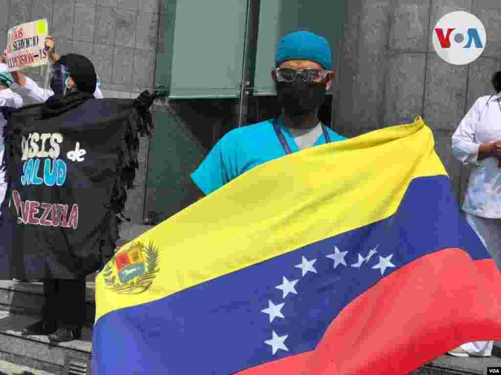 El gremio de enfermería venezolano es solo uno de los más recientes salir en salir a las calles de Caracas pidiendo sus derechos. Al principios del mes el protagonismo fue de los profesores. Foto: Álvaro Algarra.