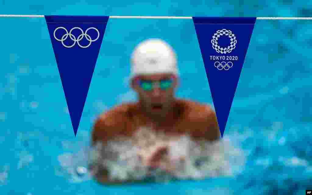 일본 도쿄 아쿠아틱스 센터에서 2020 하계올림픽 출전 수영 선수가 훈련하고 있다.