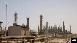 Fasilitas minyak di Jubeil, sekitar 600 kilometer dari Riyadh, Arab Saudi, 3 Mei 2009. (Foto: AP)