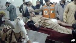 Những nạn nhân của vụ đánh bom tự sát được điều trị tại một bệnh viện địa phương ở Peshawar, Pakistan, 22/12/2012