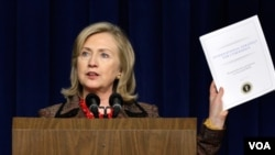 Clinton habló sobre la importancia de que todas las entidades del gobierno utilicen un sistema homogéneo de seguridad cibernética. Hasta el momento cada agencia es responsable de su propia seguridad en internet.