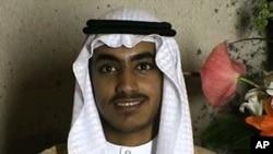 Dalam foto yang diambil dari rekaman video dan dirilis oleh CIA, Hamza bin Laden tampak dalam upacara pernikahannya. Foto dirilis 1 November 2017.