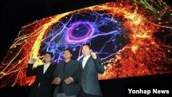 13일 서울 롯데시네마 잠실 월드타워점에서 삼성전자 김현석 영상디스플레이사업부장(오른쪽부터)과 양우석 영화감독, 롯데시네마 차원천 대표가 LED스크린을 선보이고 있다.