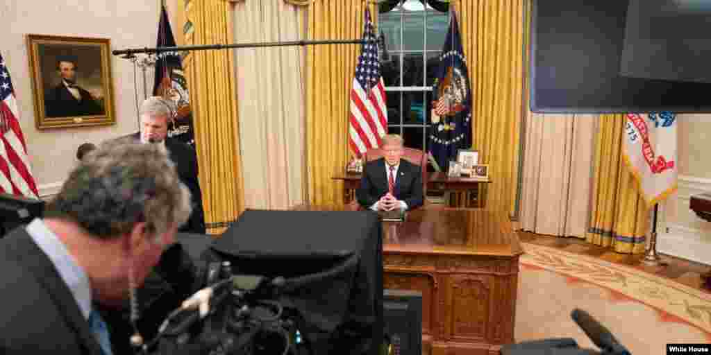"""美国总统特朗普在白宫总统办公室(椭圆形办公室)准备发表讲话(白宫网站2019年1月20日刊登的照片,日期不详)。特朗普1月18日在这里会晤了朝鲜首席核谈判代表金英哲,后来白宫宣布特朗普和金正恩将于2月底举行第二次峰会,会晤地点""""日后""""宣布。金英哲是前朝鲜谍报总管,经常被称为金正恩的得力助手。特朗普和他的会谈持续了90分钟。"""