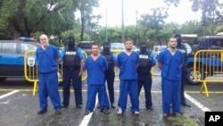 En esta foto de archivo de la Policía Nacional de Nicaragua, los presos detenidos y encarcelados durante los recientes levantamientos contra el gobierno de Daniel Ortega se muestran a la prensa en Managua. A la izquierda, está Eddy Antonio Montes, asesinado el 16 de mayo.