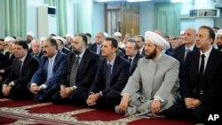 8일 시리아 국영방송은 바샤르 알 아사드 시리아 대통령(오른쪽 세번째)이 기도회에 참석한 모습을 방영했다.